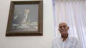 Ramiro de Maeztu y Manso de Zúñiga, conde de Maeztu, frente a un retrato de su abuelo.