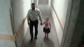 El hombre acompañó a la niña a una zona apartada del centro comercial.