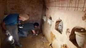 Los expertos del servicio de Arqueología en el mausoleo funerario.