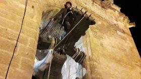 El guitarrista José Suárez, en equilibrio sobre una campana en la iglesia de Santiago de Utrera.
