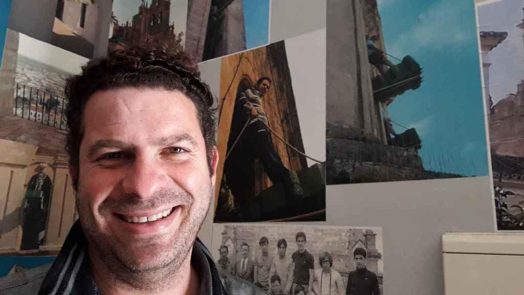 Carlos Palacios, junto a una foto en la que aparece subido a una campana en Utrera.