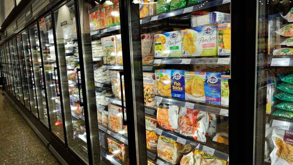 La sección de congelados de un supermercado.