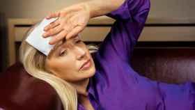 Una mujer con sofocos por la menopausia.