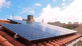 Placas solares en un tejado.