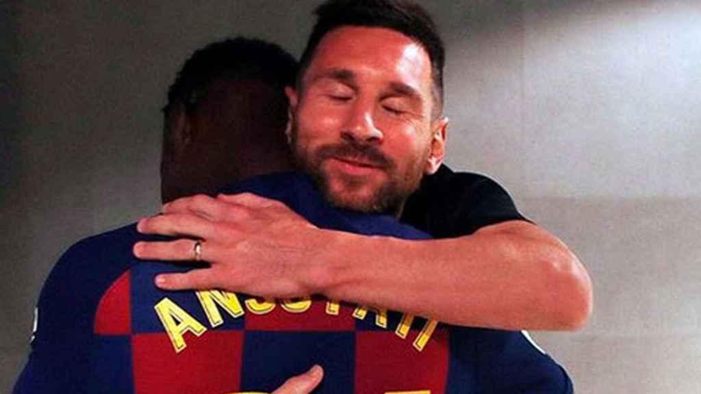 Messi abraza a Ansu Fati tras su debut.