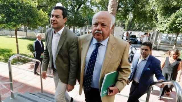 El presidente de la Junta de Andalucía, Juan Manuel Moreno, y el consejero de Salud y Familias, Jesús Aguirre, en una foto de archivo.