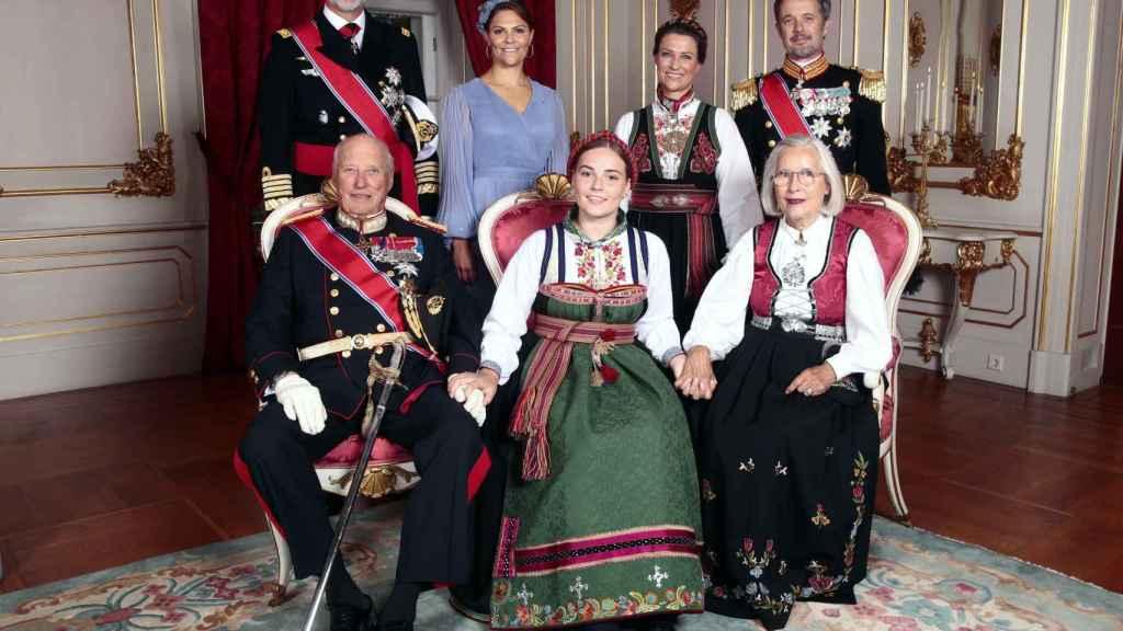 Ingrid junto a sus padrinos, Felipe VI, la princesa Victoria de Suecia, Martha Louise y el príncipe heredero Frederik de Dinamarca.