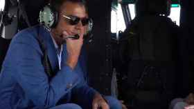 Pedro Sánchez sobrevuela en helicóptero Gran Canaria, con gafas oscuras.