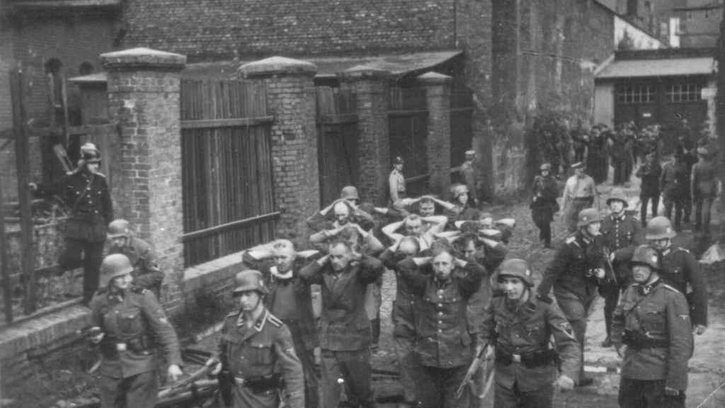 Defensores polacos de la Oficina Postal en Gdansk caminando con las armas en alto después de haber sido capturados por las tropas alemanas