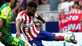 Thomas Lemar golpea el balón ante un rival del Eibar