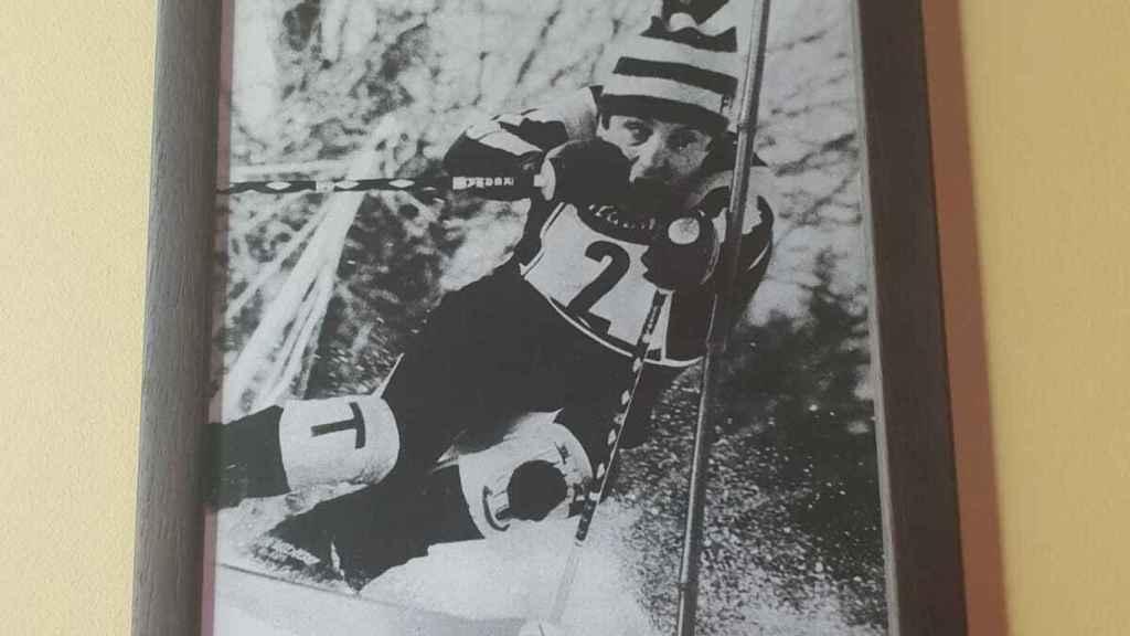 Una de las fotografías de la ex esquiadora en el bar Yeyu de Cercedilla.