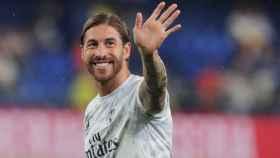 Sergio Ramos saluda a la afición durante el calentamiento