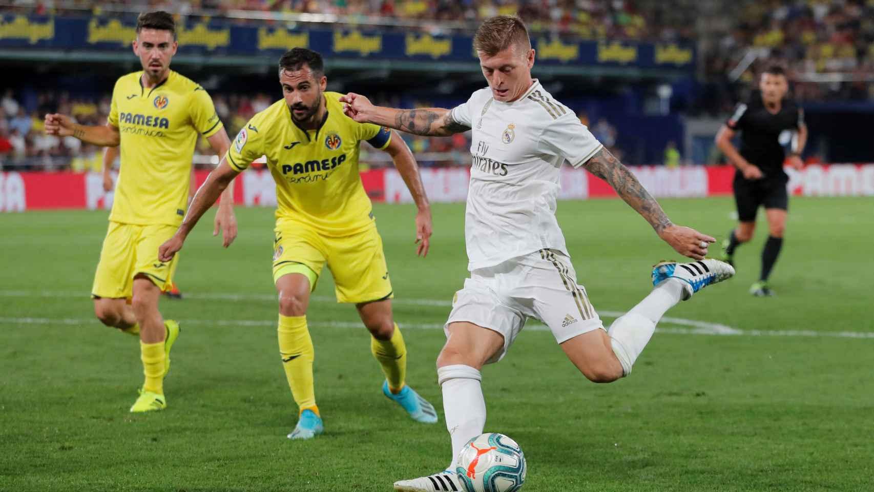 Toni Kroos dispara a portería en el Villarreal - Real Madrid
