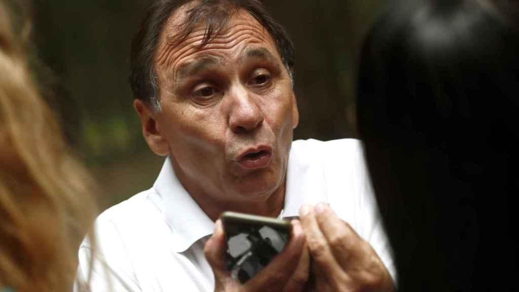 Adrián Federighi, cuñado de Blanca Fernández Ochoa, contesta a los periodistas en el aparcamiento donde se encontró el coche.