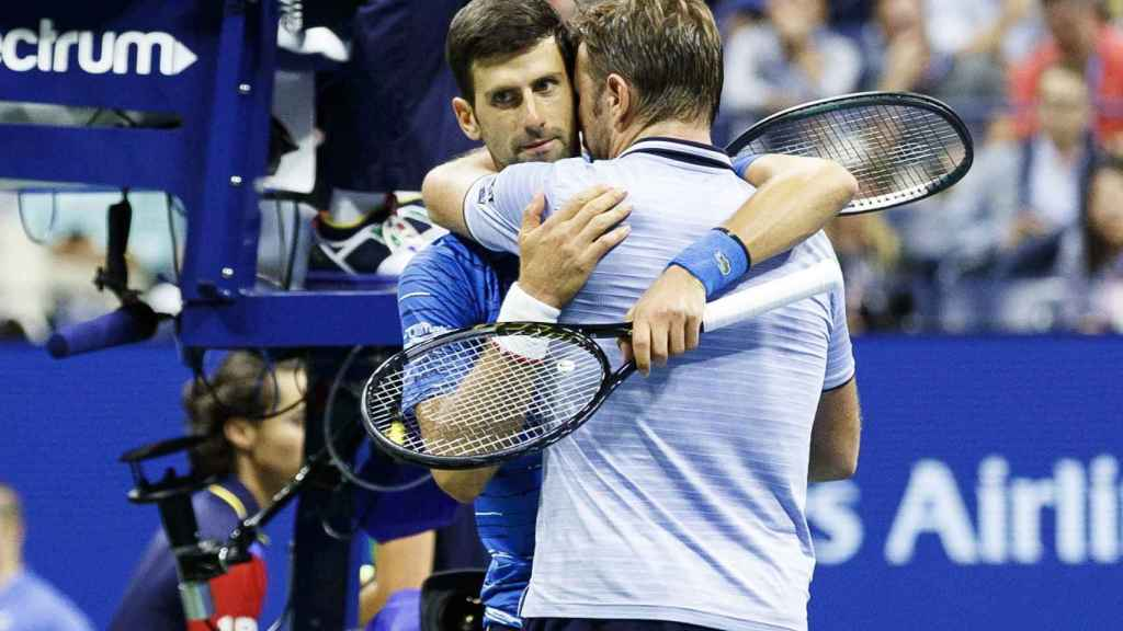 Djokovic y Wawrinka se funden en un abrazo en los octavos de final del US Open cuando el serbio se retira