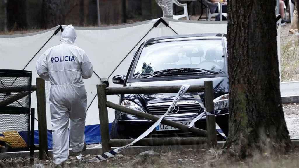 El coche de Blanca, siendo analizado por los agentes.