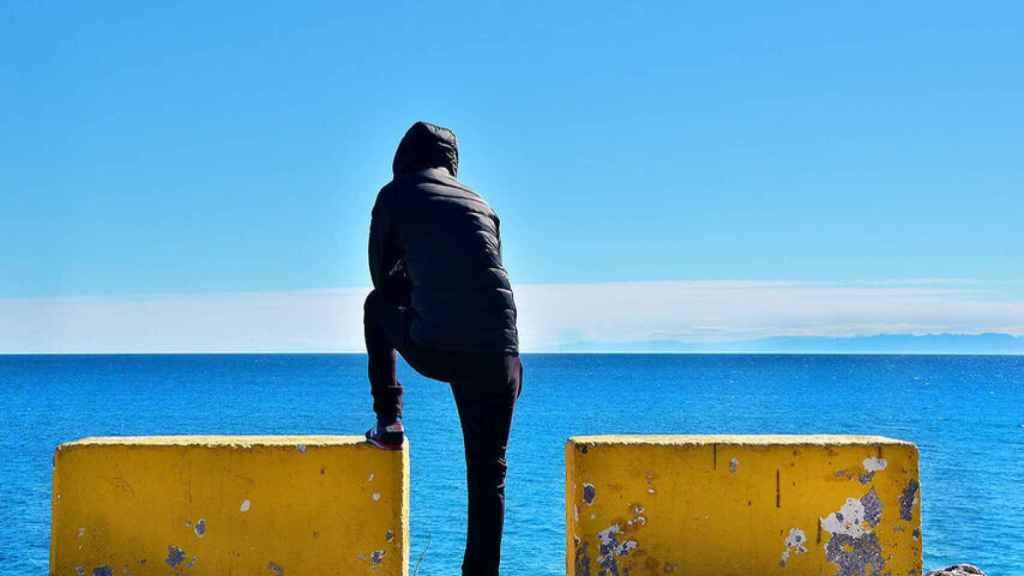 Un vecino de Ceuta mirando las aguas del Estrecho de Gibraltar.