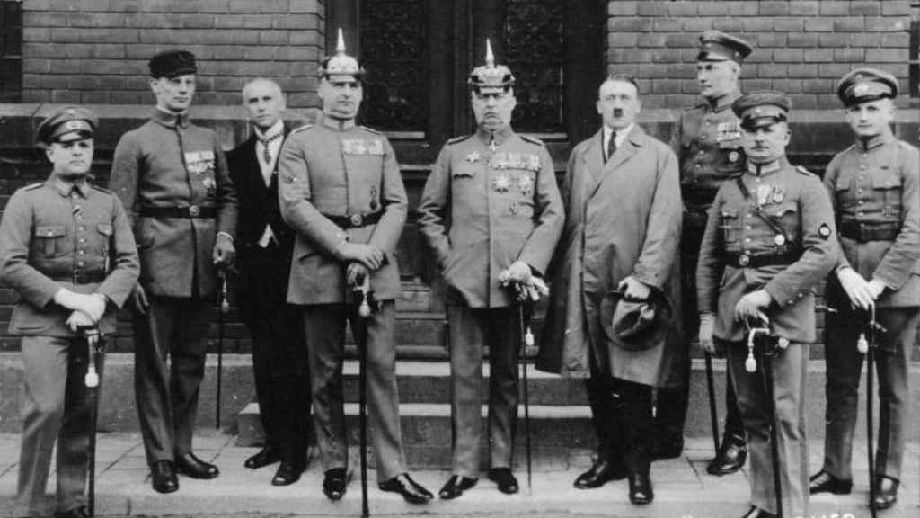 Hitler, junto a los demás acusados por el putsch de Múnich durante su juicio.