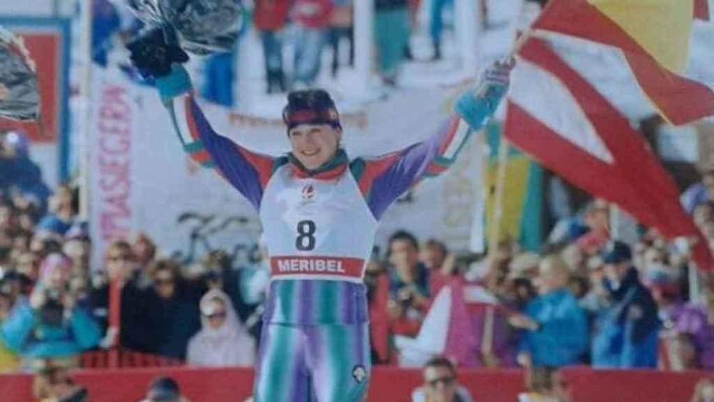 La esquiadora celebra su primer oro en los Juegos Olímpicos de Albertville, 1992.