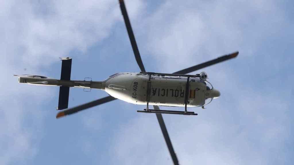 Un helicóptero de la Policía que ha participado en la búsqueda de la esquiadora.