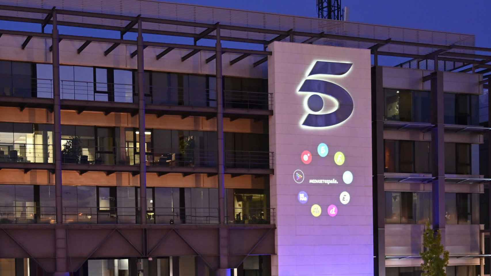 El logo de Telecinco con las marcas de Mediaset en una imagen de archivo.