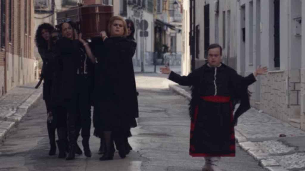 Luto femenino en el pueblo en la serie de humor Paquita Salas. Fotograma.