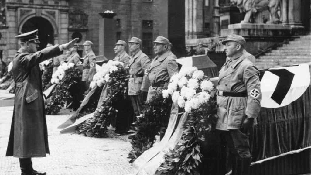 Homenaje de Hitler a los nazis fallecidos durante el putsch de 1923.
