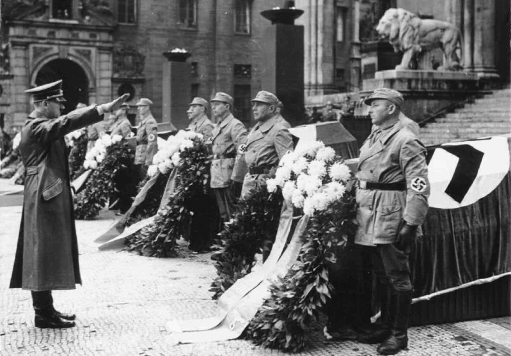 Homenaje de Hitler a los nazis fallecidos durante el intento de golpe de estado de 1923.