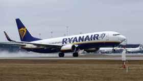 Avión de Ryanair despegando e una imagen de archivo.