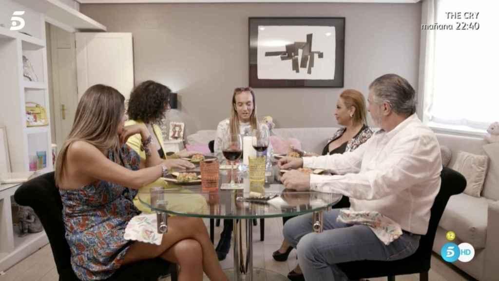 Gibaja, en la mesa junto a sus invitados: Rosa, Laura, Francisco y Raquel.