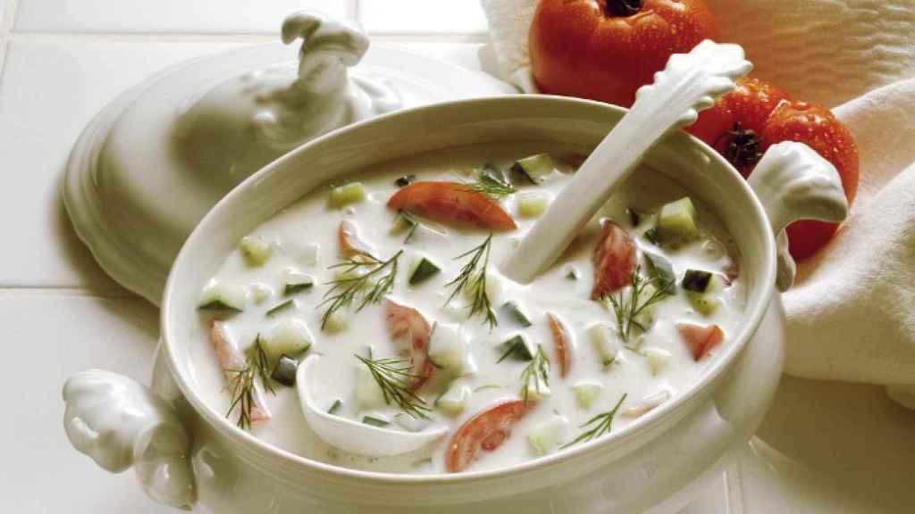 Una sopa fría de kéfir y verdura, gran fuente de prebióticos y probióticos.