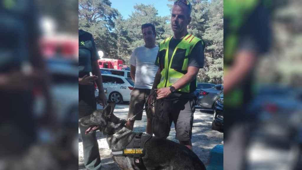 Francisco Borreguero y la perra Xena, quienes han encontrado el cadáver de Blanca.