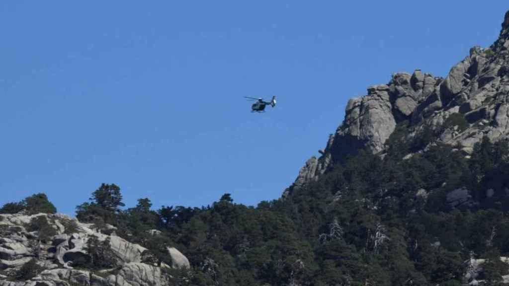 Un helicóptero sobrevolando la zona de búsqueda del cadáver.