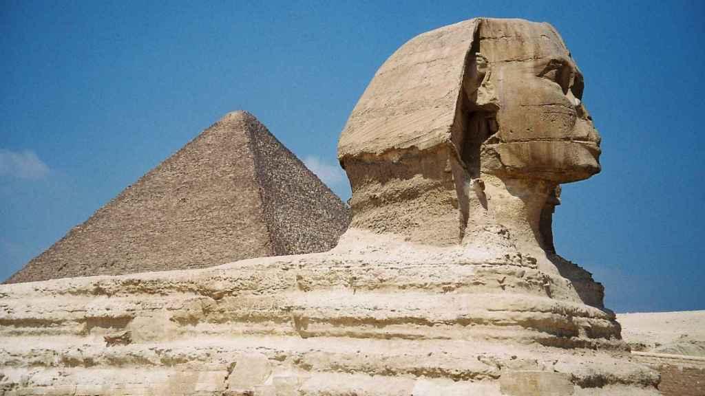 La Gran Esfinge de Guiza y al fondo la Gran Pirámide.