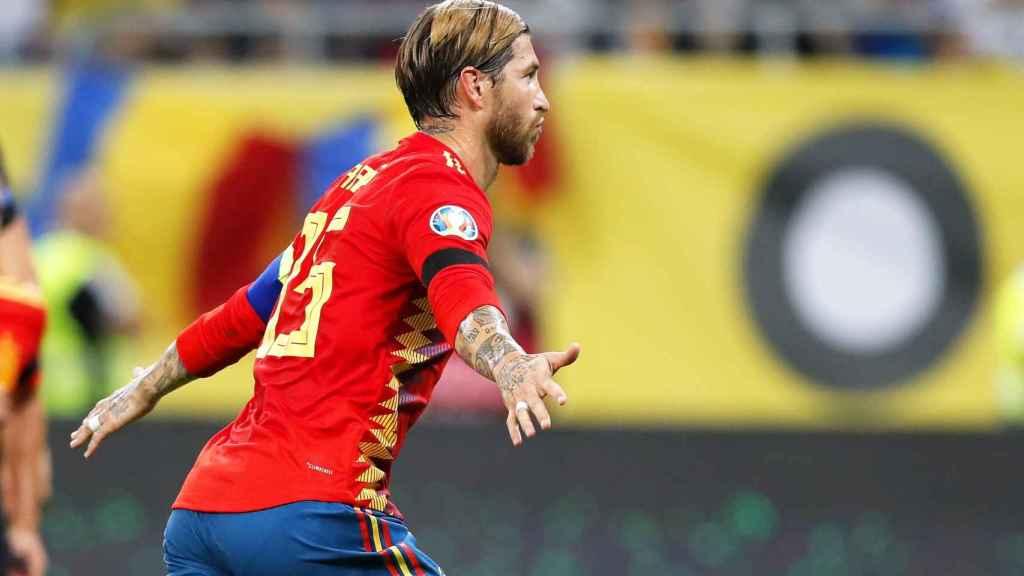 Sergio Ramos celebra su gol de penalti ante Rumanía