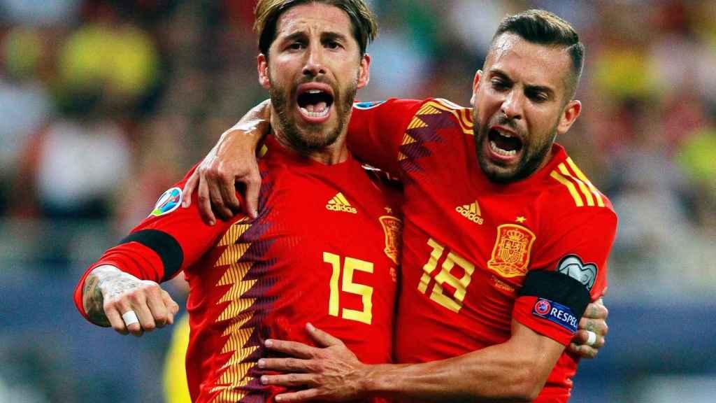 Jordi Alba y Sergio Ramos celebran el primer gol de España