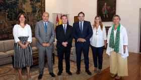 Encuentro este miércoles entre Emiliano García-Page y Paco Núñez junto a sus respectivos acompañantes. Foto: Óscar Huertas