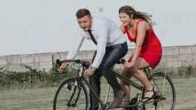 El joven, aficionado del motociclismo, junto a su hermana Sophie.
