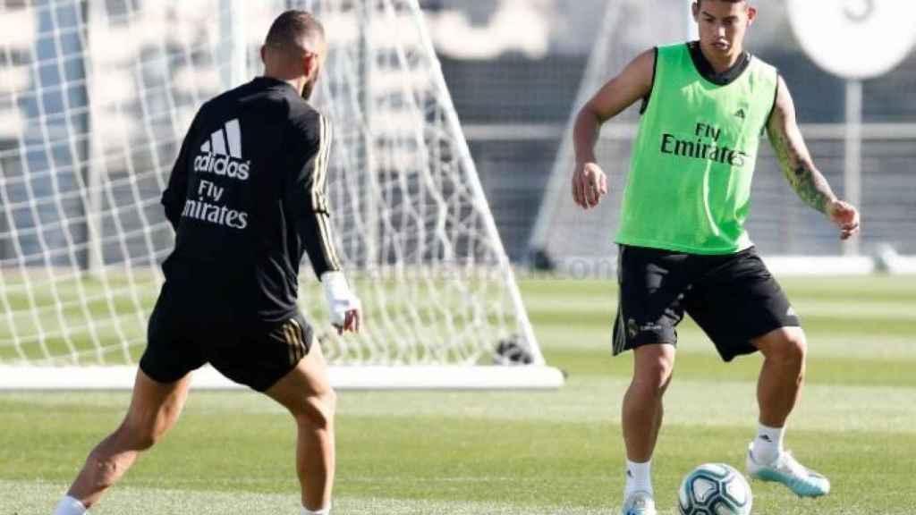James encara a Benzema en el entrenamiento