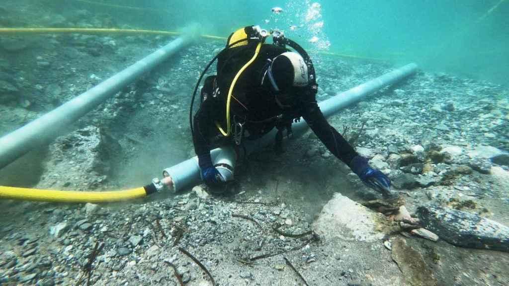 Uno de los buceadores desempolvando los objetos fenicios.