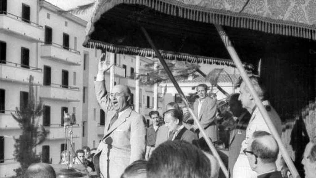 Franco dando un discurso en Éibar en1949.