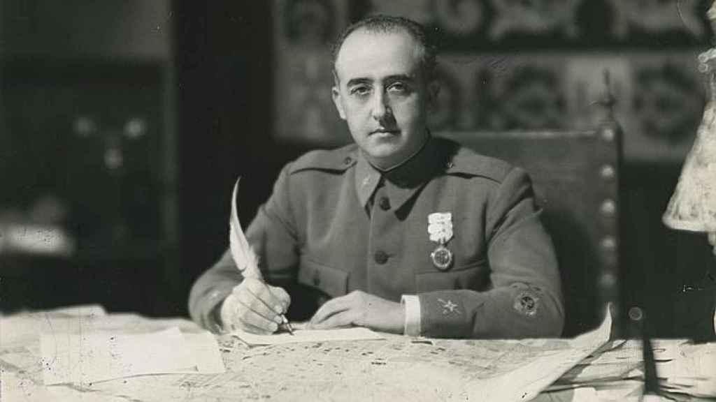 El dictador Franco, escribiendo una carta con su pluma.
