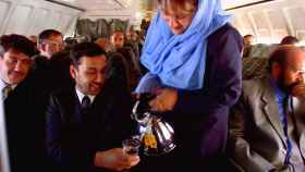 Una azafata de las aerolíneas afganas a principios de los 90 sirviendo té.