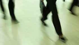 Una mujer estresada caminando.