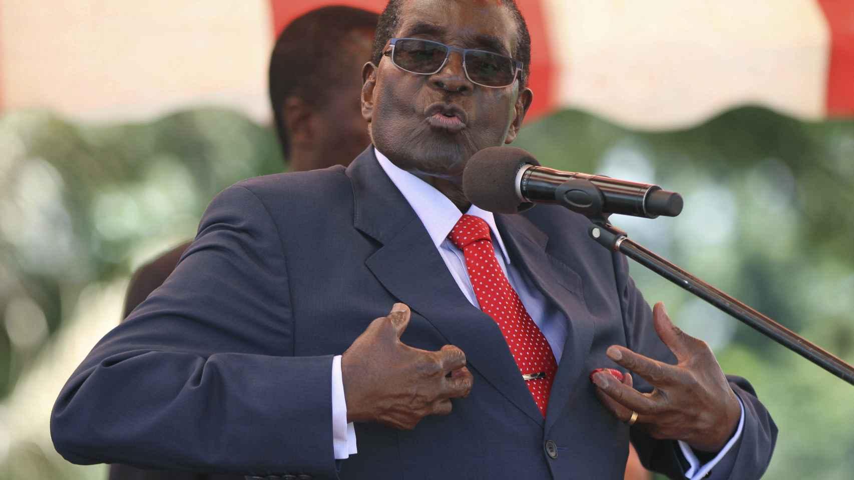 Mugabe se dirige al máximo órgano de toma de decisiones del partido ZANU-PF, el Politburó, en la capital, Harare.