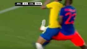 Neymar en el lance con Davinson Sánchez