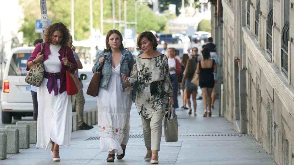 aría Jesús Montero, Adriana Lastra y Carmen Calvo, a su llegada al Congreso para la reunión con Unidas Podemos.