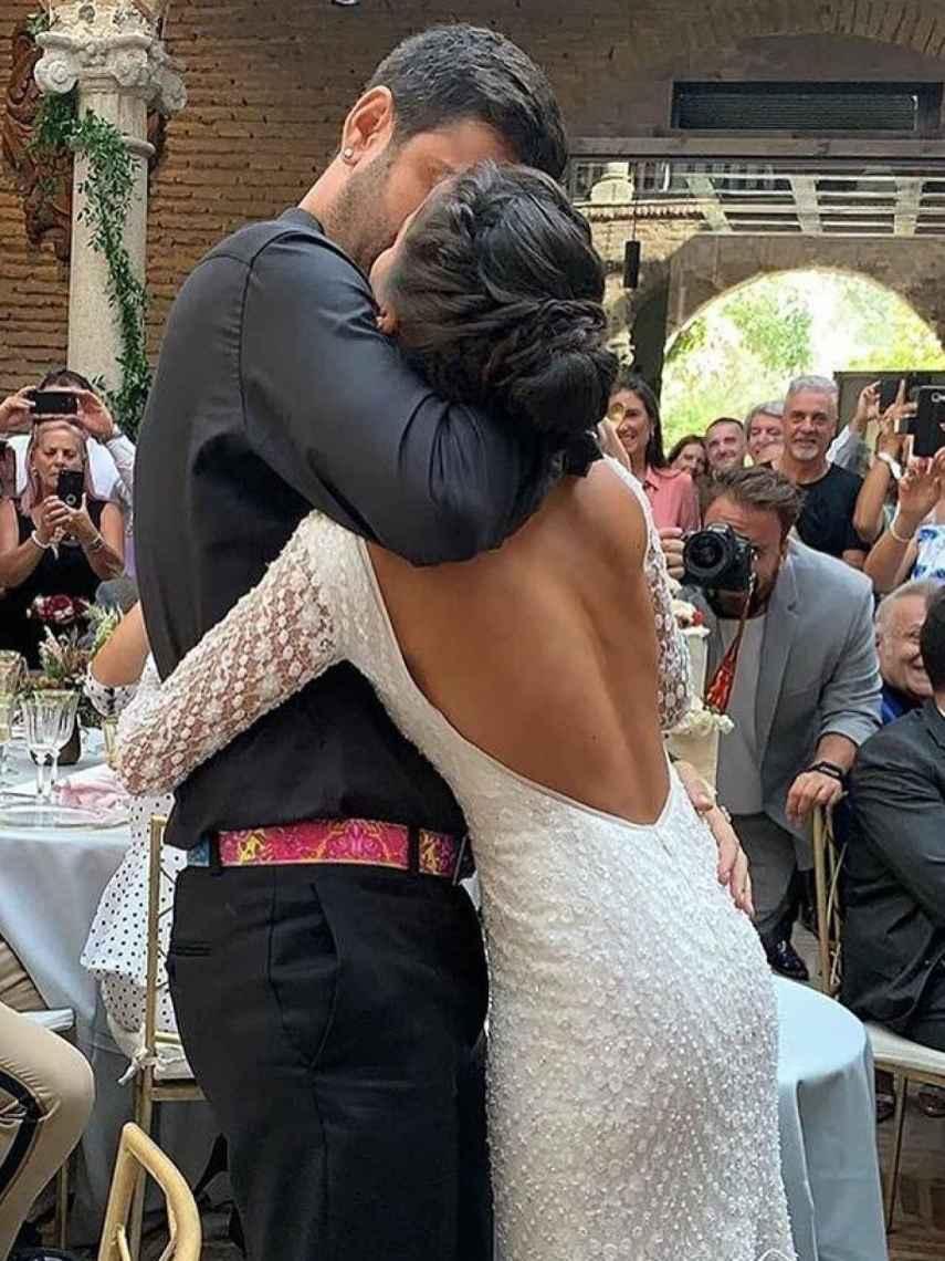 Melendi y Julia, dándose un beso ya convertidos en marido y mujer.