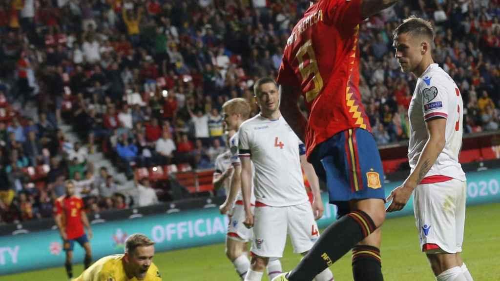 Paco Alcácer celebra uno de sus goles contra Islas Feroe