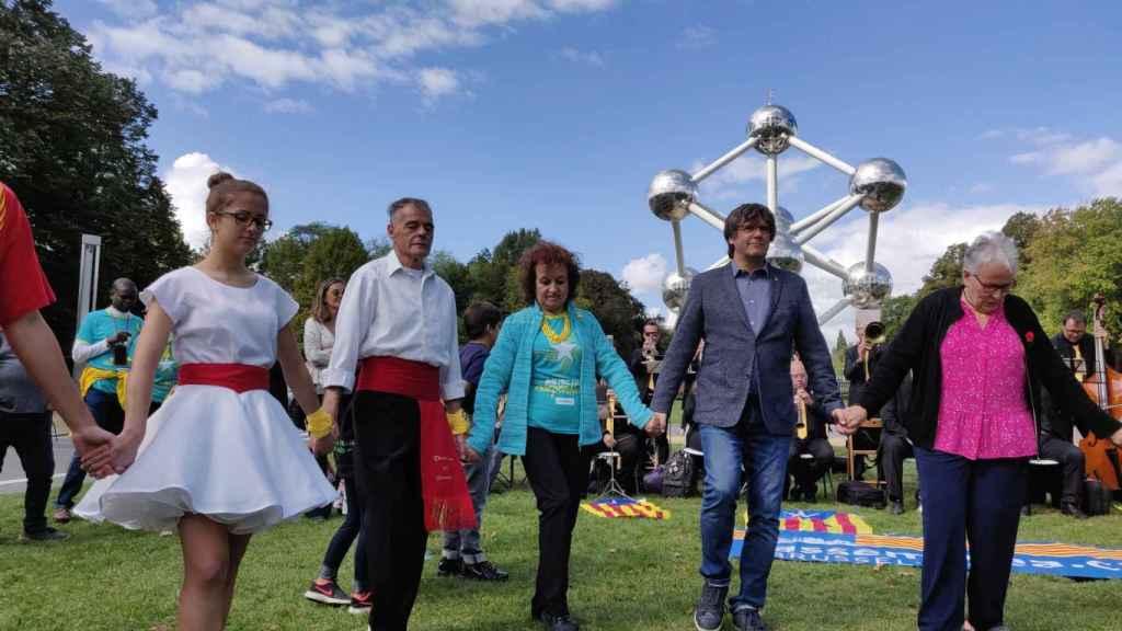 Carles Puigdemont bailando frente al Atomium de Bruselas.